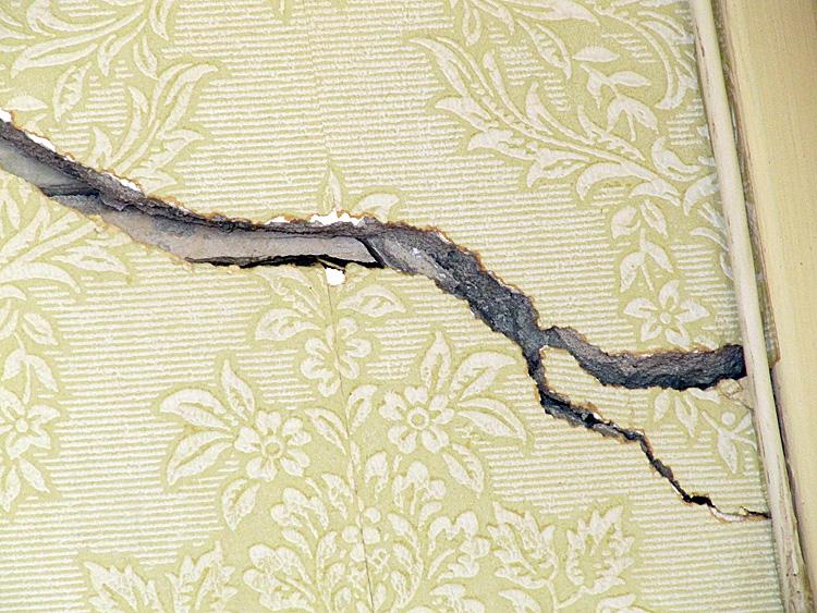 probl me carrelage et fissures des murs construction maison date des ann es 60. Black Bedroom Furniture Sets. Home Design Ideas